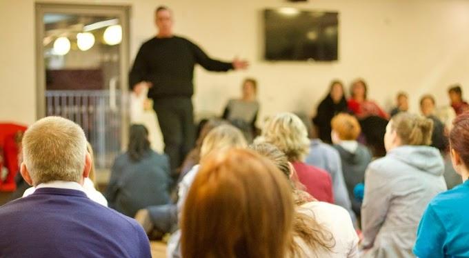 Két szék közül a földre ültek a hajdúszoboszlói iskolában felmondó tanárok