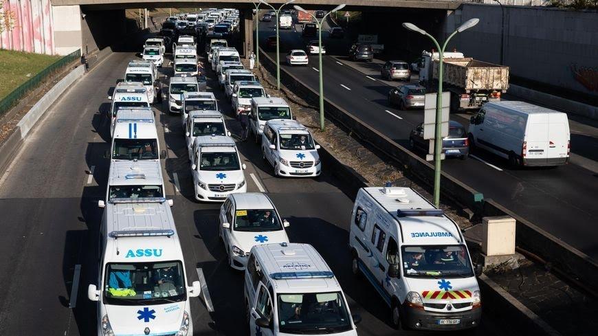 سائقو سيارات الإسعاف يشلون الحركة بباريس في مسيرة إحتجاجية لتحسين ظروف عيشهم