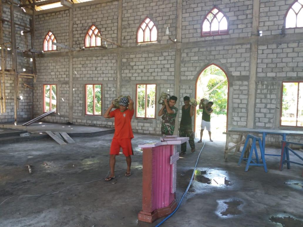 Bersama Warga Jemaat, Babinsa Laksanakan Karya Bakti