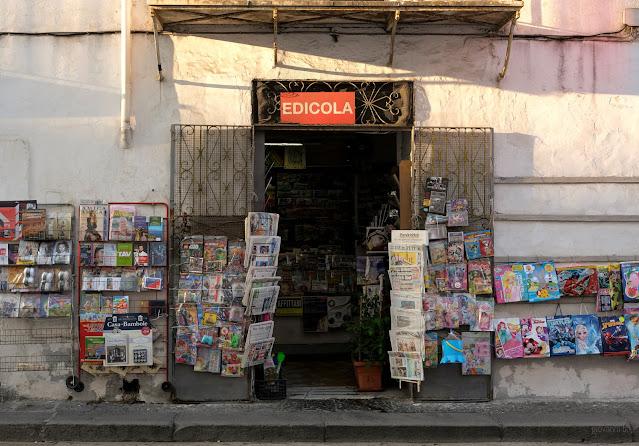 Edicola dei giornali a Ischia. Fotografia di Giovanni Battisti