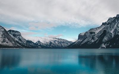 Lago completamente azul con montañas de hielo de fondo