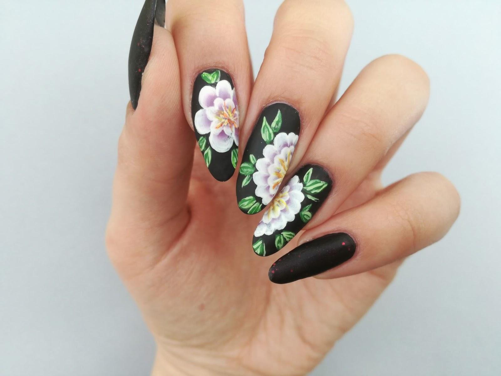 czarne paznokcie w kwiaty