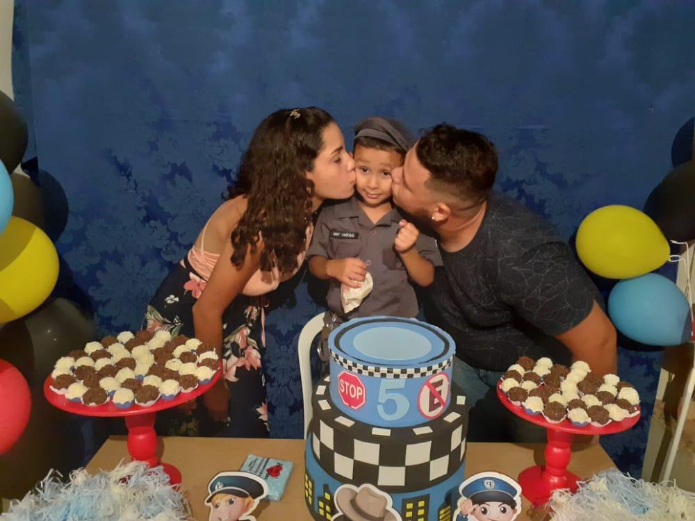 Policiais fazem surpresa para criança durante festa de aniversário em Cajobi