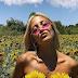 Η Ιωάννα Τούνη φωτογραφήθηκε «τόπλες» σε χωράφι