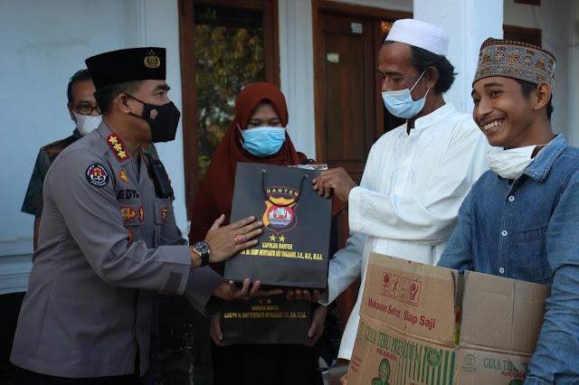 """""""Ramadhan berbagi, Tim Warung Jum'at Barokah Bagikan Alat Sholat dan sembako Ke Ponpes"""