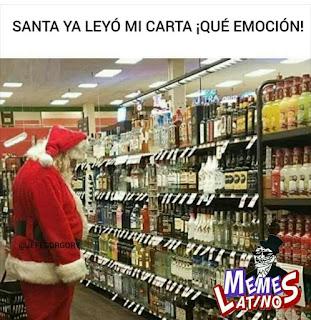 Papa Noel en supermercado comprando alcohol para regalar
