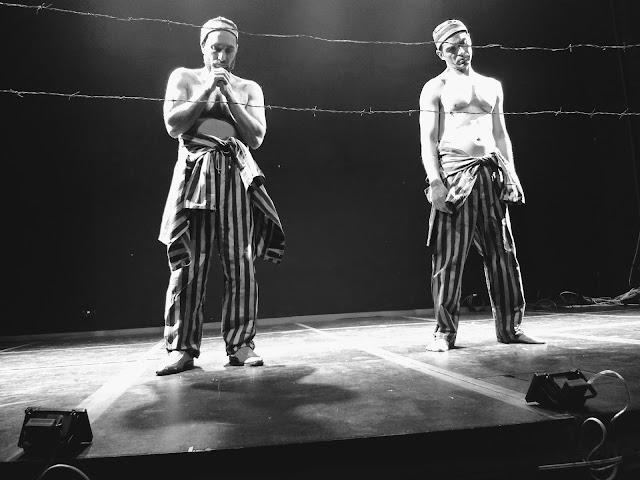 La escena más impactante de 'Bent': el cuerpo como instrumento de las emociones que narra el coito imaginario en un campo de concentración. Foto: La Pluma & La Herida