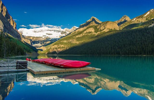 aguas azules del lago Louise y montañas rocosas nevadas de fondo