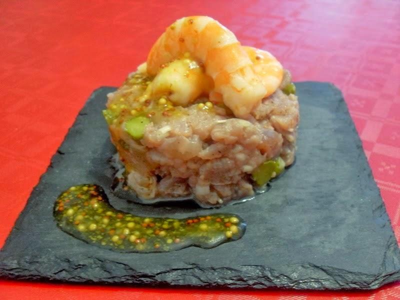 Tartar de atún y langostinos con vinagreta de mostaza y miel.
