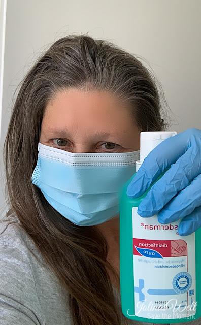 Ich mit Artikeln aus der Pflegebox mit Mundmaske Handschuh und Desinfektionsmittel