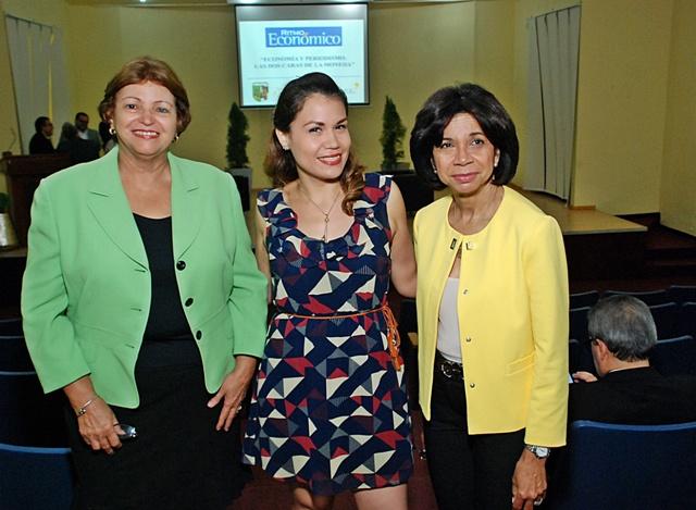 """Expertos participan en panel """"Periodismo y Economia: Las Dos Caras de la Moneda"""""""