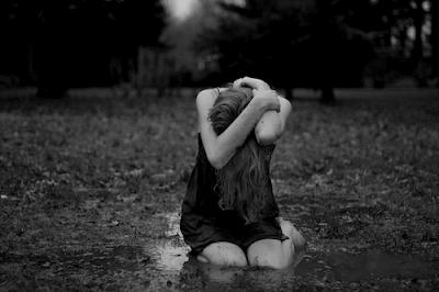 Resultado de imagem para mulher no chão a chorar