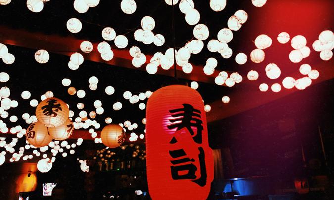 teto de estabelecimento com luminárias de papel - Cho Street Food