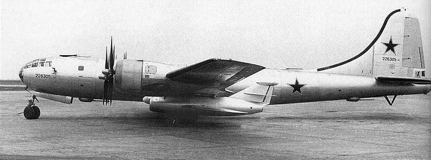 O míssil de cruzeiro KS-1 Kometa sendo transportado no bombardeiro Tu-4