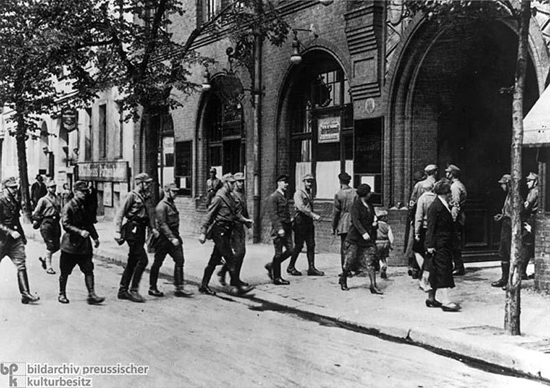 Запрет свободных профсоюзов: члены СА захватывают офис Союза по ул. Энгелуферу в Берлине (2 мая 1933 г.)