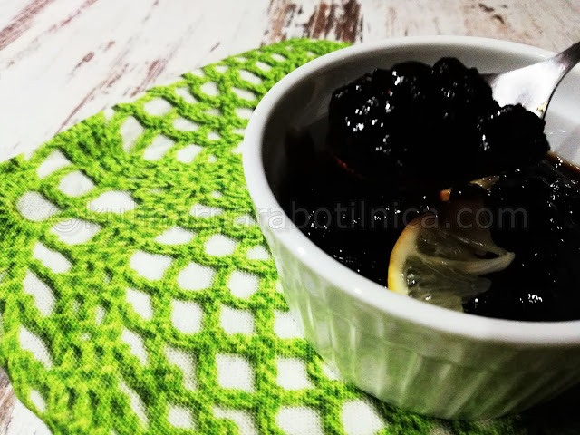 Универсален сос от червени боровинки с кафява захар и соев сос