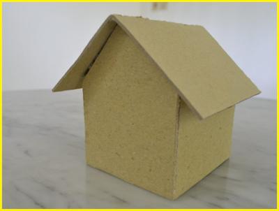 Miniatur rumah dari kardus hampir jadi