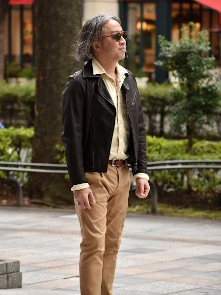 シャツの襟をジャケットの外に出すコーディネート