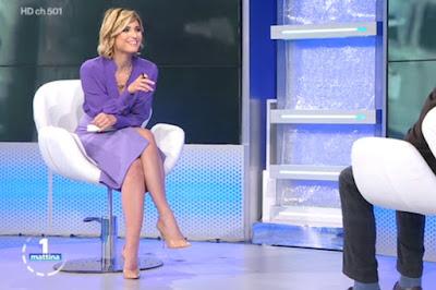 Monica Giandotti abbigliamento camicia viola gonna lilla Unomattina 14 aprile