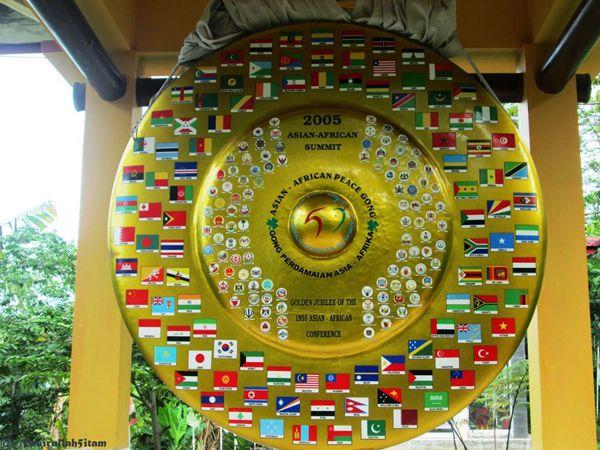 Replika tiga gong perdamaian (perdamaian Nusantara, Dunia, dan Asia - Afrika)