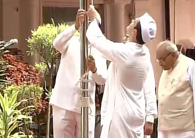 राहुल गांधी ने कांग्रेस मुख्यालय में पहली बार फहराया झंडा