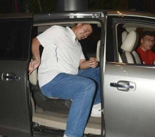 Yao Qinlei's dad sitting inside the car