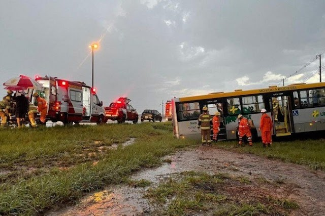 Ônibus com 38 passageiros cai em ribanceira no DF; seis ficam feridos