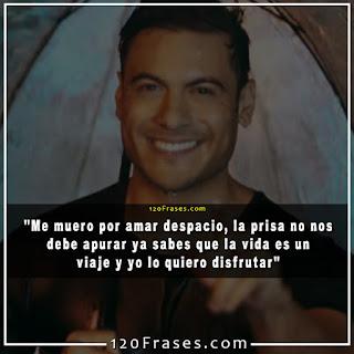 Carlos Rivera sonriendo