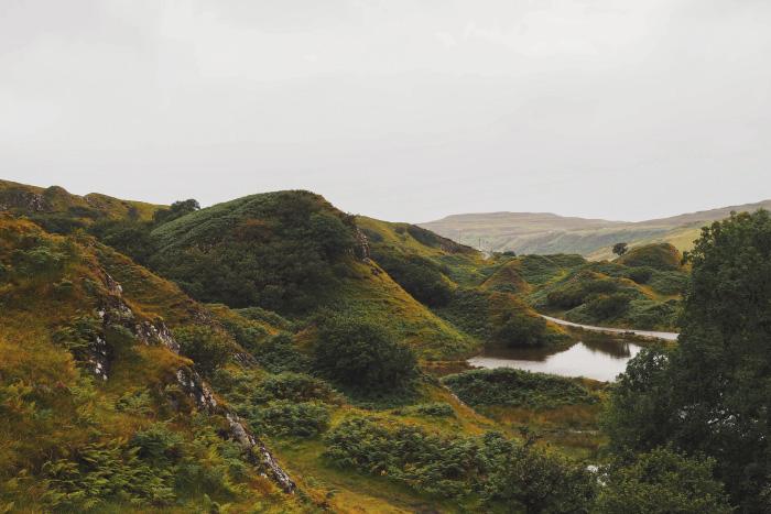 Promenade au Fairy Glen sur l'île de Skye en Ecosse