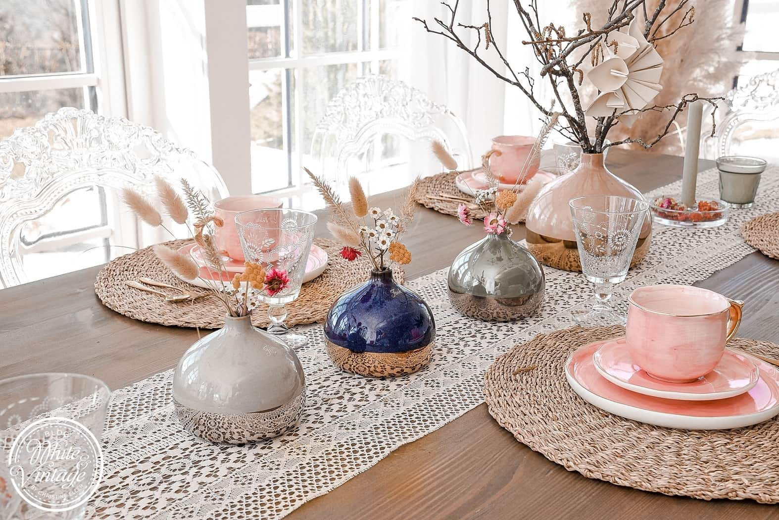 Vasen frühlingshaft dekorieren.