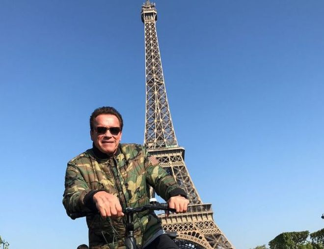 Arnold Schwarzenegger photobombs tourists in Paris