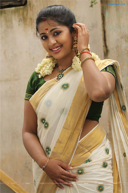 Malayalam Actresses Navya Nair in Onam Saree Photos