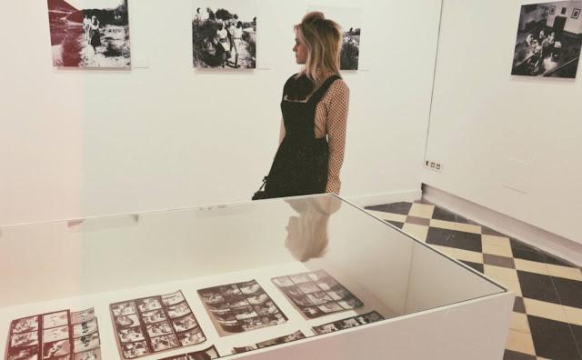 Alejandra Colomera con fotos de Brigitte Bardot en blanco y negro