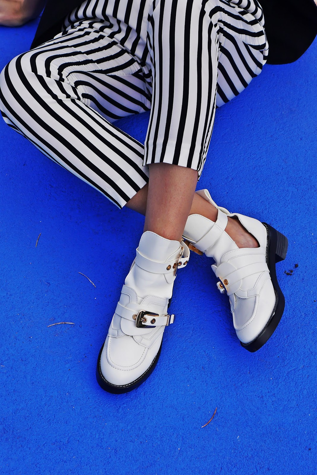5_balenciaga_white_Ceinture_Ankle_Boots_stripes_pants_black_jacket_karyn_blog_modowy_280917a