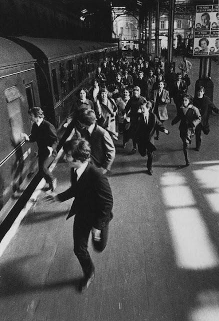 Fans enloquecidos corriendo detrás de los Beatles