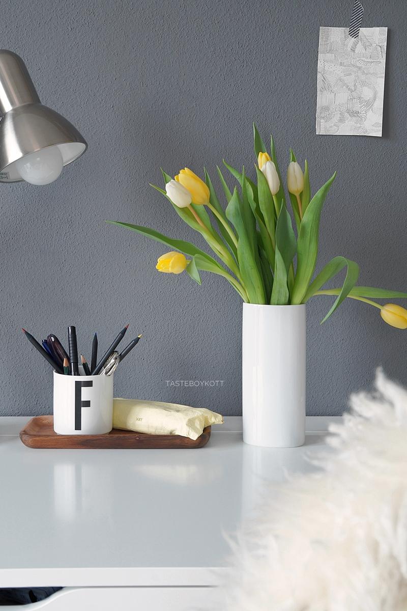 Weiße und gelbe Tulpen in der Vase als schlichte Frühlingsdeko auf dem Schreibtisch. Tasteboykott.