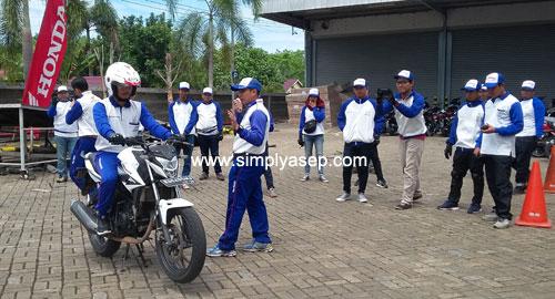 SAFETY RIDING : Tim Astra Motor Pontianak saat memberikan coach tentang Safety Riding kepada Blogger dan Jurnalis di Kubu Raya Kaliimantan Barat beberapa waktu yang lalu. Foto Asep Haryono