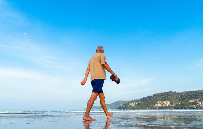 Uomo che cammina in riva al mare