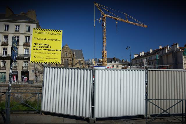 La passerelle Saint-Germain barrée ! Cool, on y verra bientôt de belles œuvres d'art populaire !