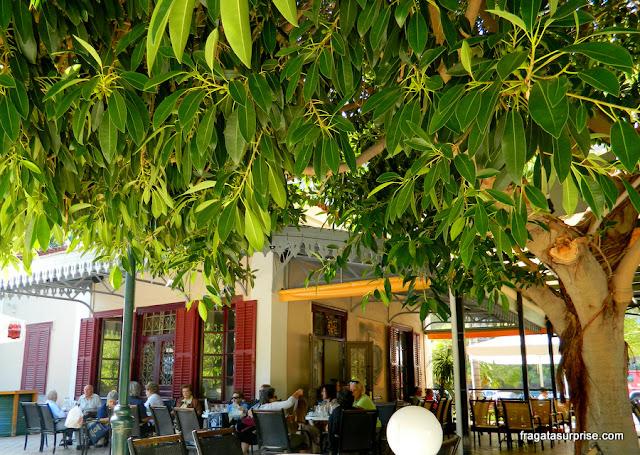 Café da antiga estação ferroviária de Nafplio, Grécia