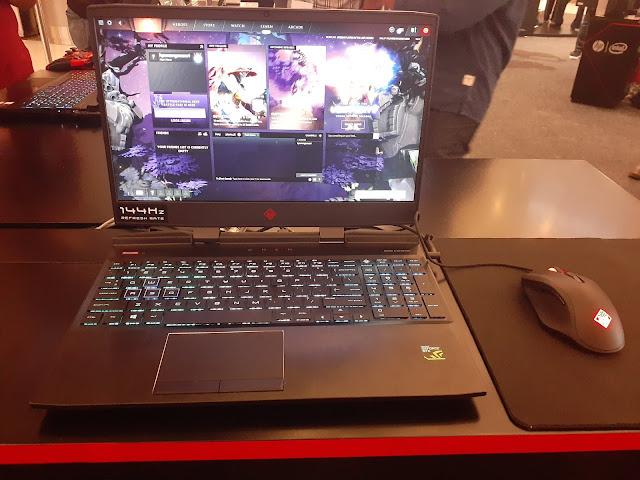 laptop gaming dengan layar ganda pertama