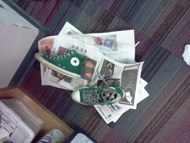 τσαλακωμένο χαρτί μπορεί γρήγορα να στεγνώσει τα παπούτσια σας