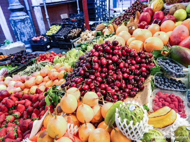 Banca de frutas no Mercado do Bolhão, Porto, Portugal