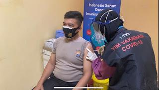 Kapolres Pelabuhan Makassar Ikuti Vaksin di Puskesmas Makkasau