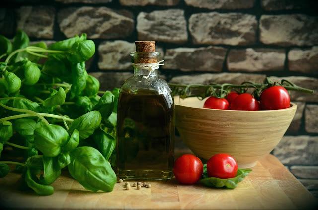 Tuoreet kasvikset oliiviöljyllä on suurta herkkua (Kuva: Pixabay)