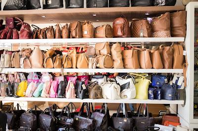 Seção de bolsas na loja Curumins Calçados. Fotografias de Romilson Almeida
