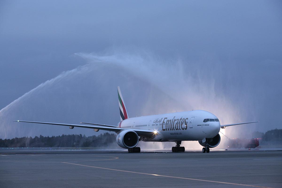 Emirates Boeing 777 300er Water Spray Aircraft Wallpaper