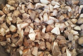 часть грибов нарезала в чугунную кастрюлю и не отваривая, не добавляя воды, потушила в собственном соку