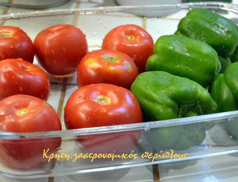 Πλένουμε πολύ καλά τις ντομάτες και τις πιπεριές και τις βάζουμε σε ένα  ευρύχωρο σκεύος φούρνου. 38656b23bb9