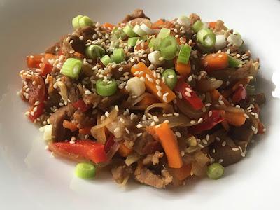 Mięso z warzywami i sezamem po azjatycku